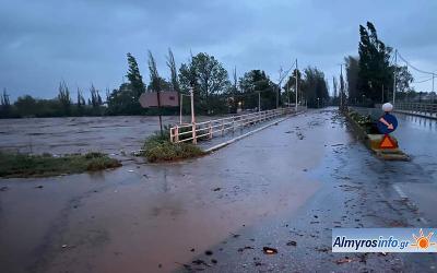 Υπερχείλισε ο Ξηριάς στον Αλμυρό - Μάχη από συνεργεία του Δήμου (βίντεο&φωτο)