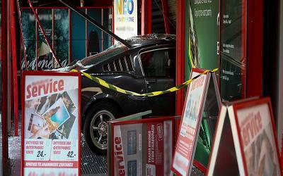 «Μπούκαραν» με αυτοκίνητο σε κατάστημα στο Περιστέρι