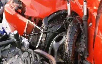 Σοκαριστικό τροχαίο στην Αθηνών - Λαμίας: Μηχανή «καρφώθηκε» σε αυτοκίνητο