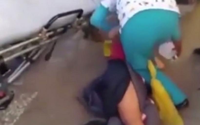 Τραυματιοφορείς έριξαν δύο φορές έγκυο ενώ την μετέφεραν στο νοσοκομείο