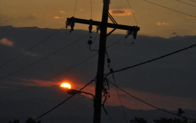 Μαγνησία: Μαθήτρια διάβαζε στο πεζοδρόμιο, με το φως του στύλου, γιατί σπίτι δεν είχαν ρεύμα