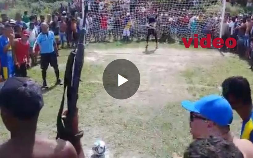 Το πιο αγχωτικό πέναλτι: Περικυκλωμένος από 300 άτομα και υπό την απειλή όπλου