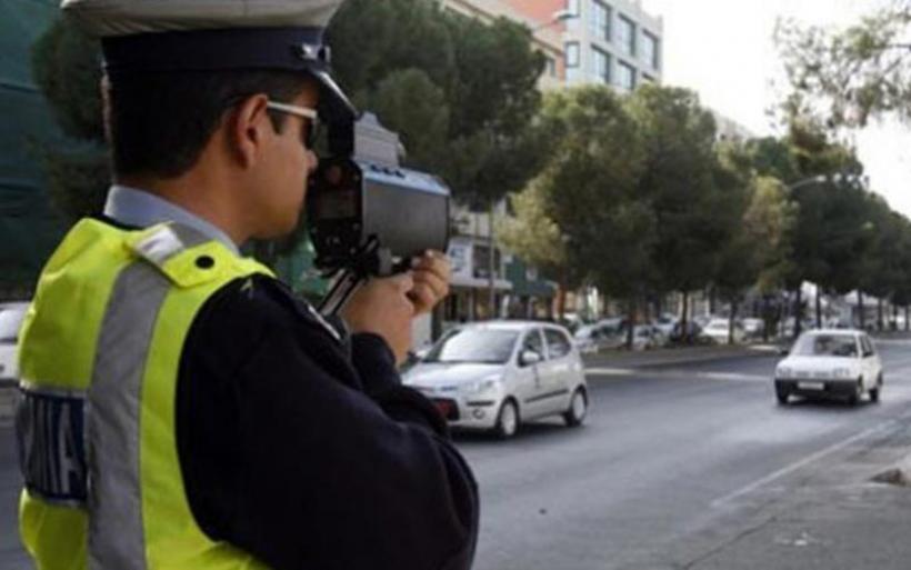 Τρέχουν σαν τρελοί και μιλάνε στο κινητό οι Έλληνες οδηγοί