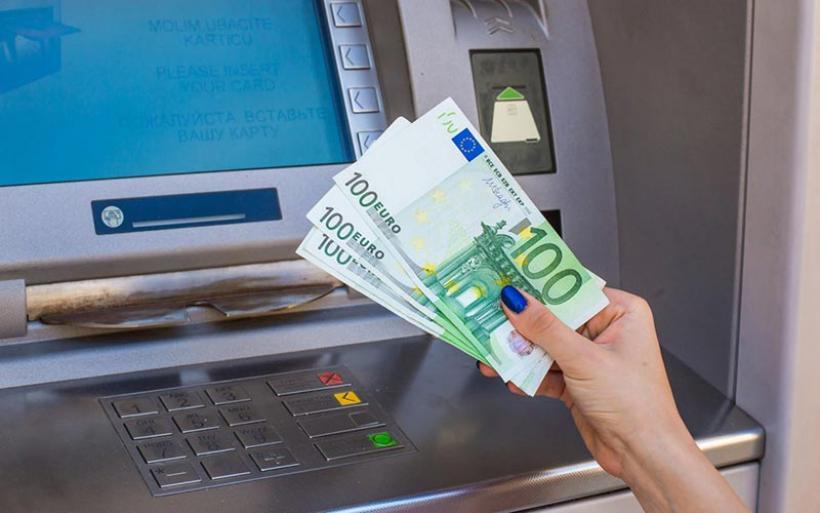 Πόσο θα κοστίζουν πλέον οι αναλήψεις από ΑΤΜ άλλης τράπεζας