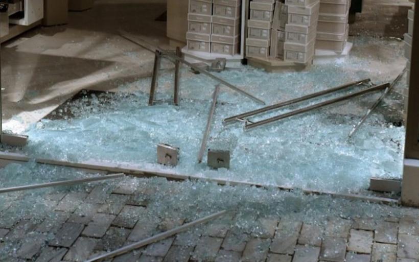 Βόλος: Μεθυσμένος οδηγός έπεσε σε τζαμαρία ζαχαροπλαστείου
