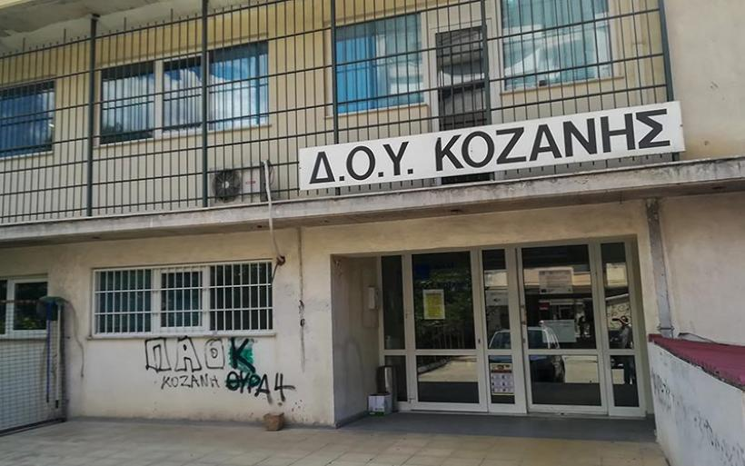 Επίθεση με τσεκούρι στην Κοζάνη: Στον Εισαγγελέα οδηγήθηκε ο δράστης – Τι εντόπισαν υπάλληλοι της εφορίας που είδαν βίντεο από το κλειστό κύκλωμα