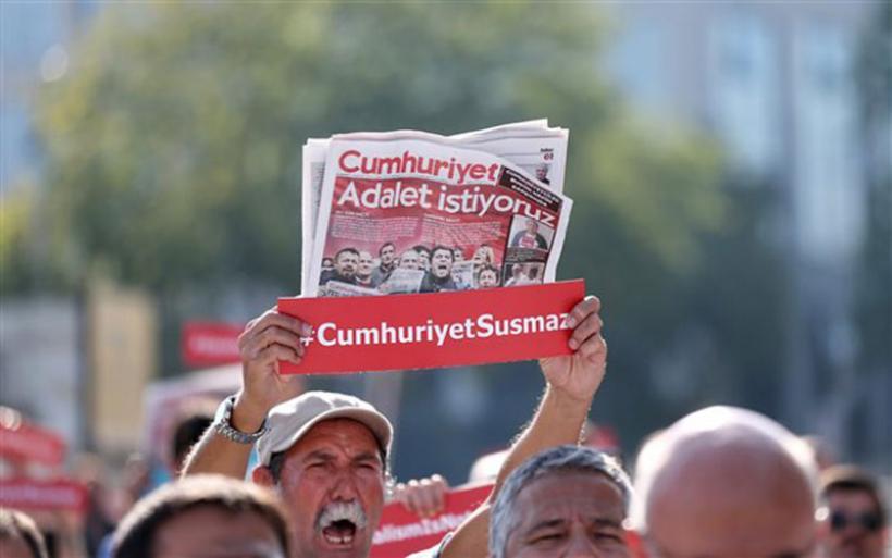 Ξεκινά η δίκη των δημοσιογράφων της τουρκικής Cumhuriyet