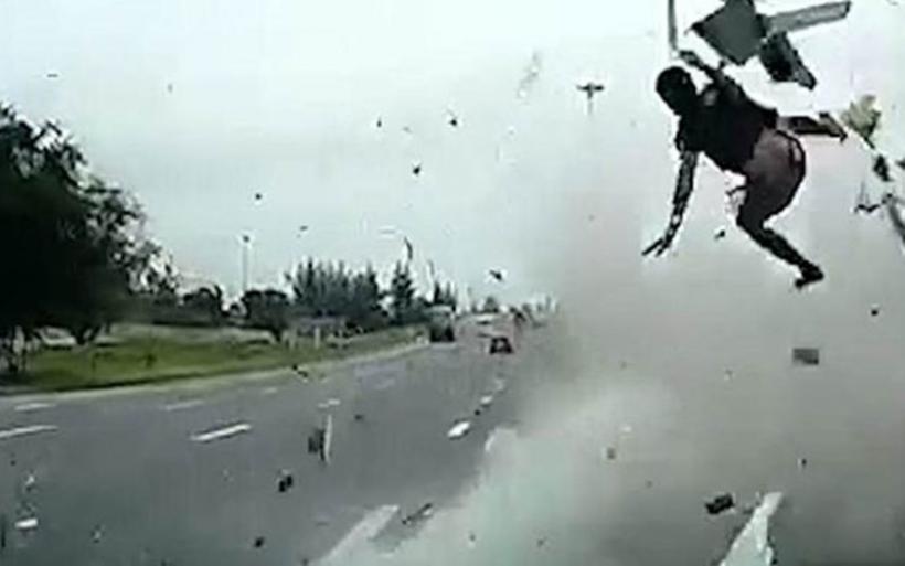 Προσοχή - Σκληρές εικόνες: Οδηγός νταλίκας εκτοξεύεται στο αντίθετο ρεύμα έπειτα από τροχαίο - ΒΙΝΤΕΟ