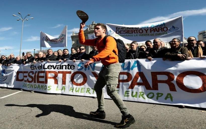 """Ισπανία: Χιλιάδες αγρότες διαδηλώνουν για την ξηρασία στον """"λαχανόκηπο της Ευρώπης"""""""