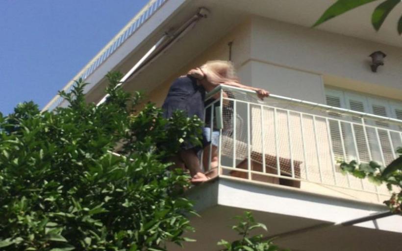 Βόλος: Πυροσβέστες διέσωσαν 85χρονη η οποία ήταν έτοιμη να πέσει από μπαλκόνι (φωτο)