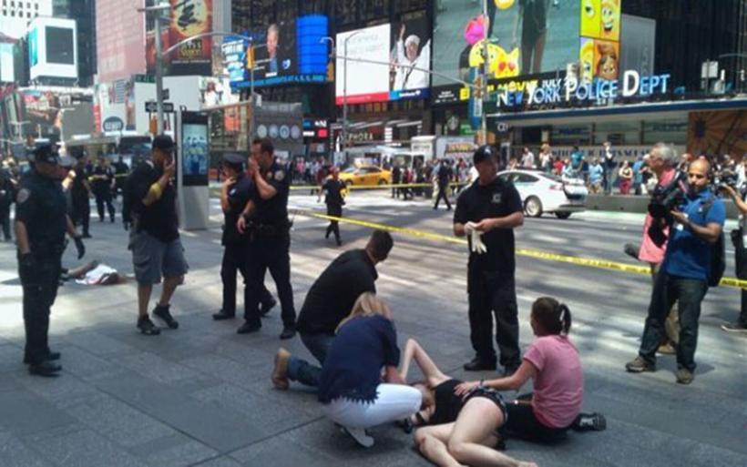 Νέα Υόρκη: Η στιγμή που το αυτοκίνητο πέφτει πάνω στο πλήθος (video)