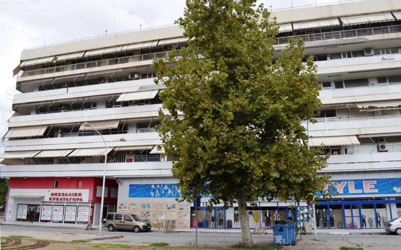 Απόπειρα αυτοκτονίας 43χρονης από μπαλκόνι της Εφορίας στον Βόλο