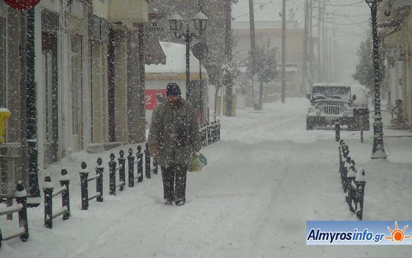 Συνεχίζεται η έντονη χιονόπτωση στον Αλμυρό (βίντεο)