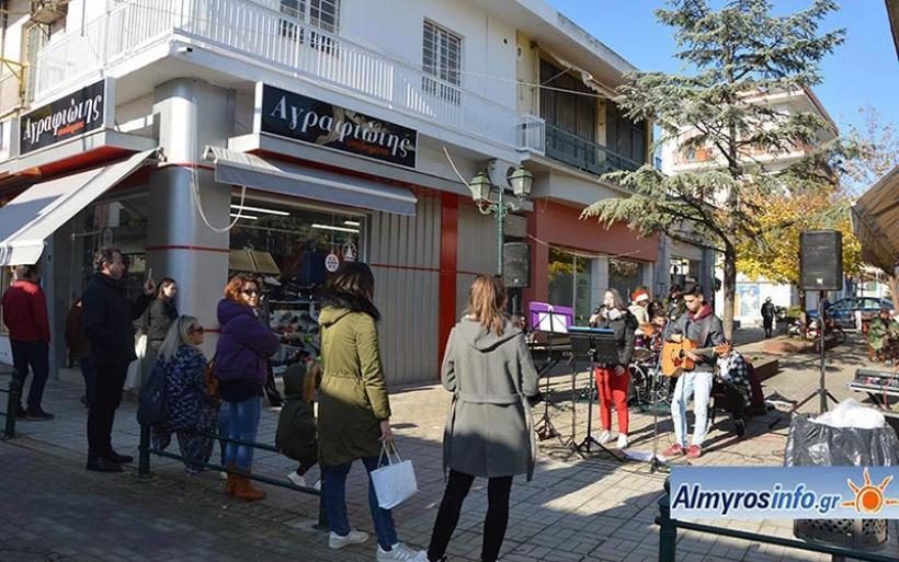 Πλημμύρισε Χριστουγεννιάτικες μελωδίες η αγορά του Αλμυρού (βίντεο&φωτο)