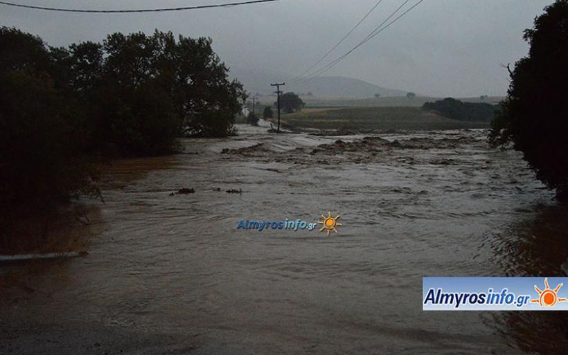 """""""Χάθηκε"""" κάτω από το νερό το πέτρινο γεφύρι στο Χολόρεμα στο δρόμο Αλμυρός-Μαυρόλοφος (βίντεο&φωτο)"""