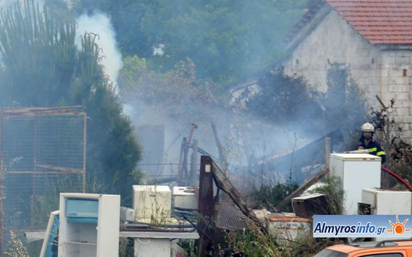Φωτιά σε μάντρα έξω από τον Αλμυρό - Επέμβαση της Π.Υ. με 2 οχήματα (φωτο)