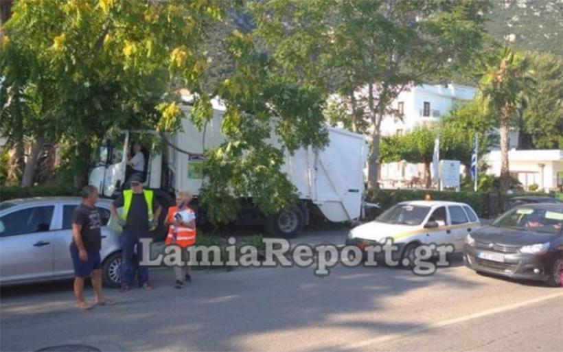 Καμμένα Βούρλα: Σφήκα τσίμπησε οδηγό απορριμματοφόρου -Παρέσυρε δέντρο και ΙΧ