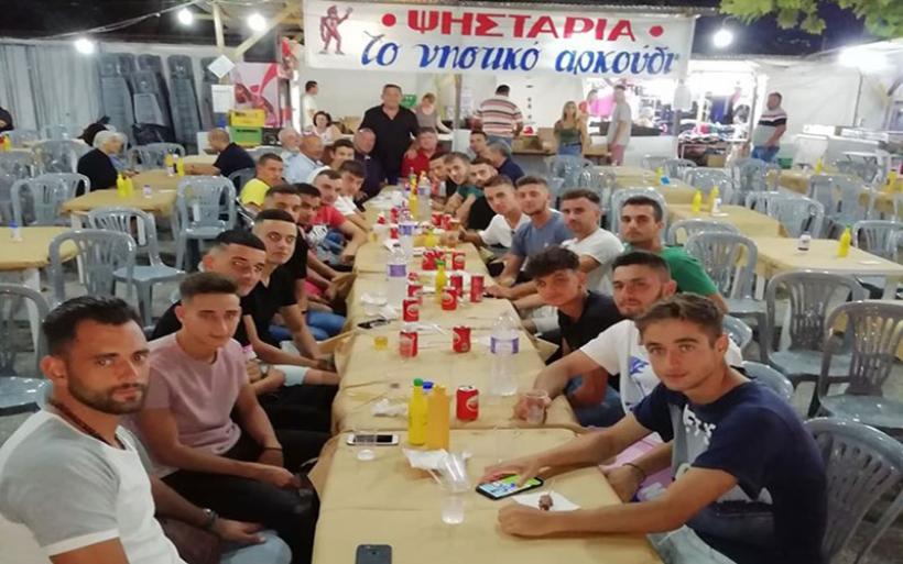 Παράθεση γέυματος στο παζάρι για την ομάδα του Γ.Σ. Αλμυρού