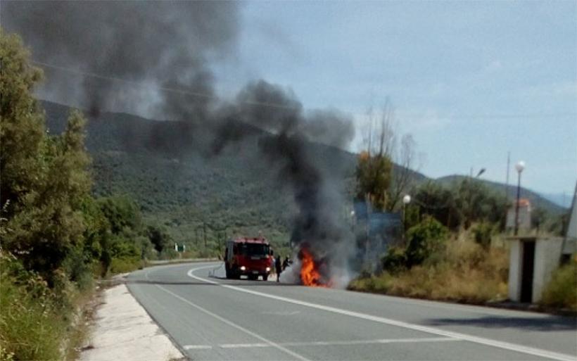 Αυτοκίνητο τυλίχθηκε στις φλόγες στον δρόμο Βόλου-Μικροθηβών – Καταστράφηκε ολοσχερώς