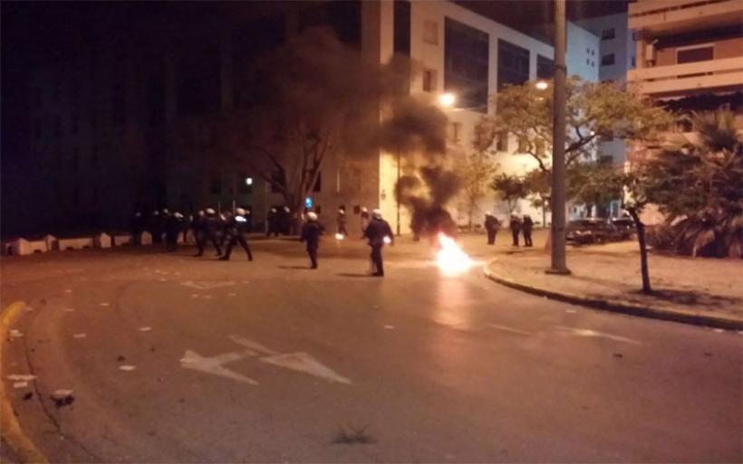 Δύο συλλήψεις και 23 προσαγωγές μετά τα χθεσινά επεισόδια στον Βόλο – Μολότοφ, πετροπόλεμος και δακρυγόνα
