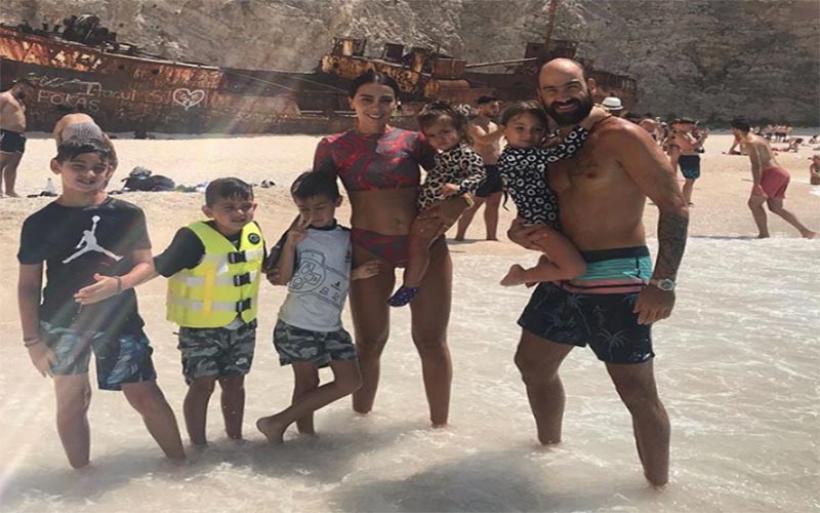 Μια οικογένεια με 5 παιδιά στη θάλασσα -Σπανούλης-Χοψονίδου κάνουν βουτιές στη Ζάκυνθο