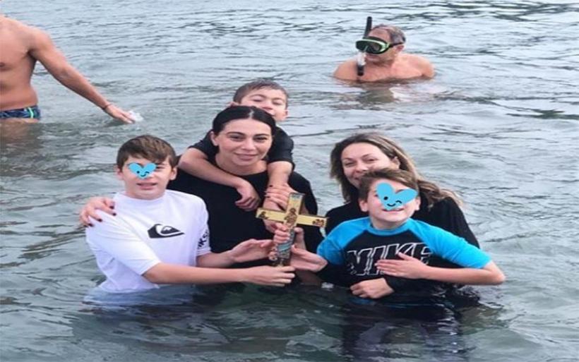 Ολυμπία Χοψονίδου: Στα παγωμένα νερά μαζί με τα παιδιά της! Βούτηξε για τον Σταυρό