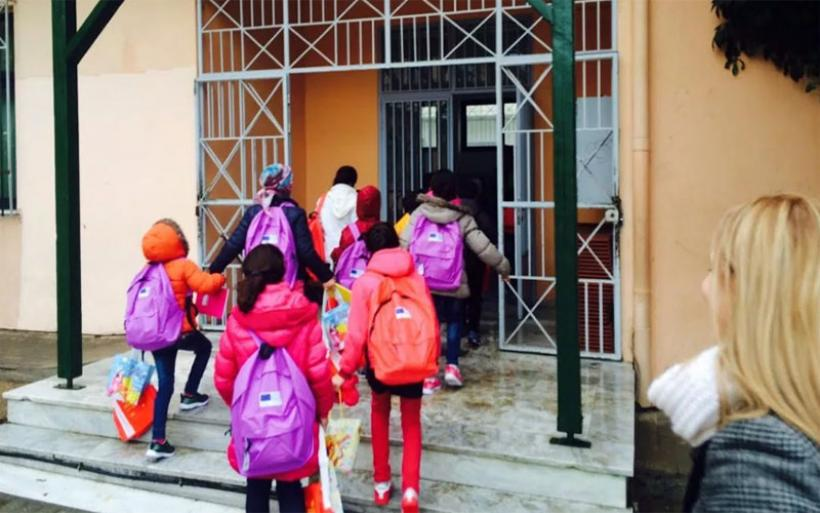 Θερμή υποδοχή για τα προσφυγόπουλα του «Μόζα» στο σχολείο τους – Μια γιορτή αγάπης με 300 άτομα στην υποδοχή