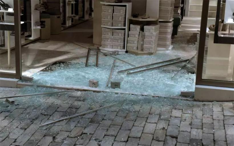 Πρωτοφανείς βανδαλισμοί σε καταστήματα στην Ερμού μετά την πορεία διαμαρτυρίας για την Ηριάννα