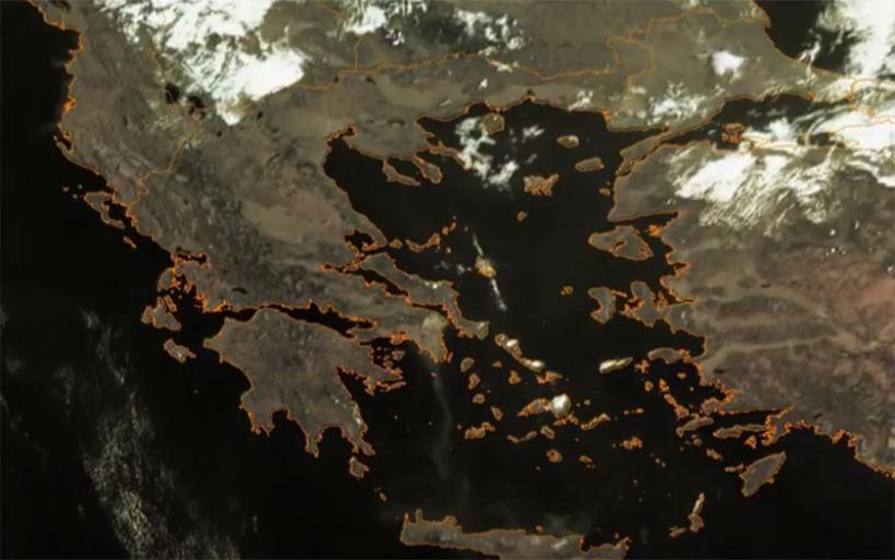 Ο καπνός από τη φωτιά στην Ανατολική Αττική έφτασε στο Λιβυκό Πέλαγος