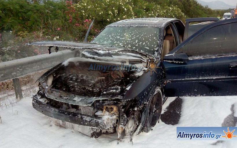 Ι.Χ. τυλίχθηκε στις φλόγες στην Ε.Ο. στο ύψος του Δρυμώνα - Εξαφανίστηκε ο οδηγός (φωτο)