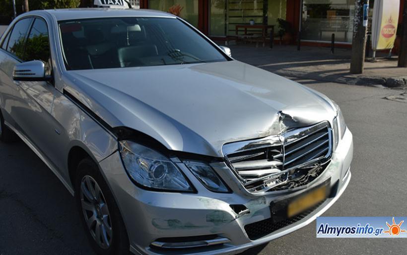 Σύγκρουση οχημάτων στον Αλμυρό μετά από παραβίαση STOP (φωτο)