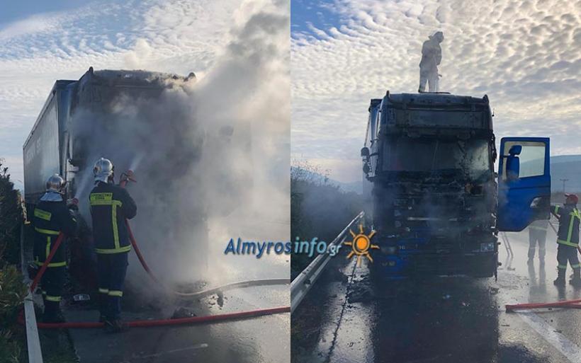 Φωτιά σε φορτηγό στην Εθνική οδό κοντά στον Αλμυρό (φωτο)