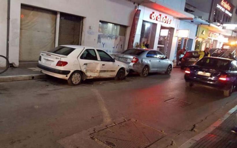 Τρελή πορεία αυτοκινήτου στο κέντρο της Λάρισας: Έπεσε πάνω σε σταθμευμένα οχήματα (φωτό)