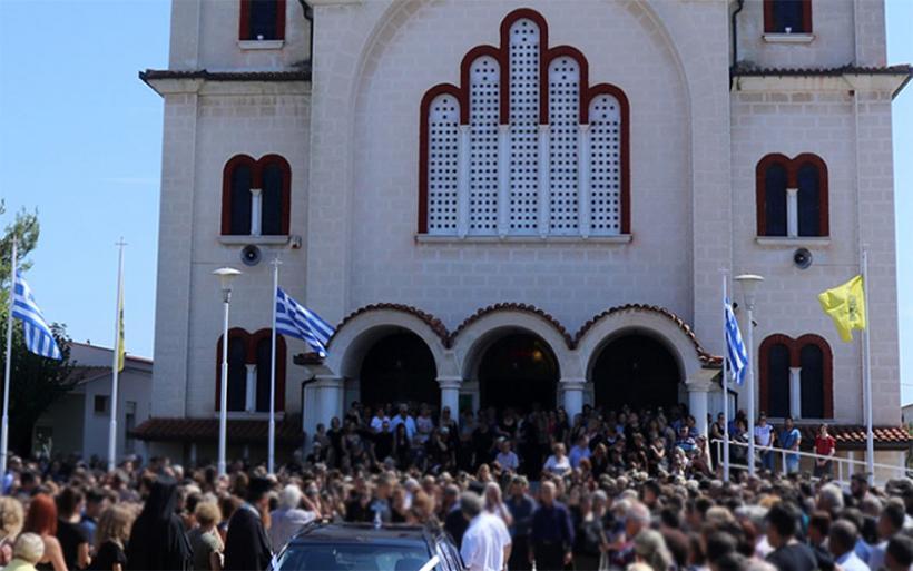 Πάνδημη η κηδεία της 13χρονης μαθήτριας στον Αλμυρό