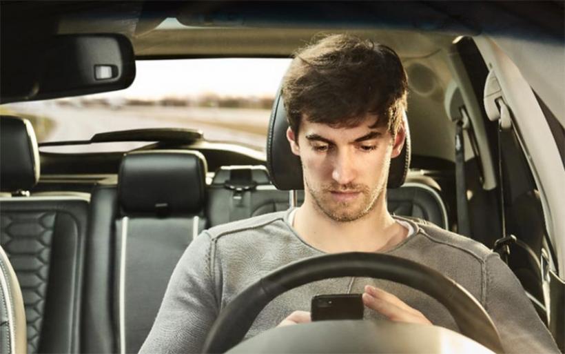 Ευρώπη: Ταχύτητα, smartphones και ποτά συντροφιά με τους νέους στο τιμόνι