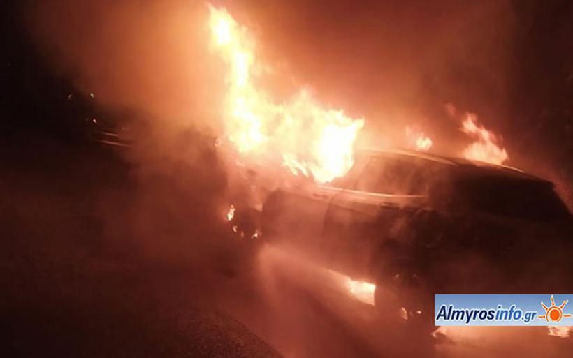 Τυλίχθηκαν στις φλόγες δύο αυτοκίνητα στον Αλμυρό (φωτογραφίες)