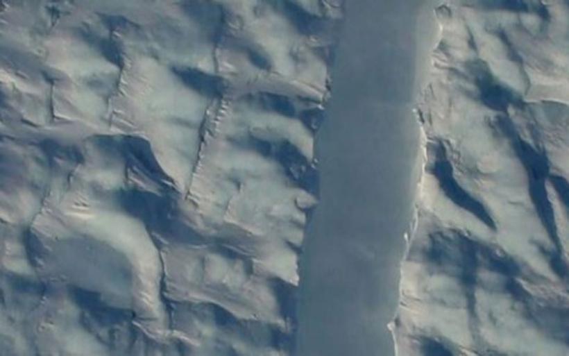 Μυστηριώδη ρωγμή στον γιγαντιαίο παγετώνα Petermann στη Γροιλανδία