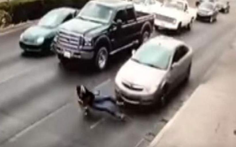 Δραματικό βίντεο: Διέσχισε πολυσύχναστο δρόμο μιλώντας στο κινητό της και την πάτησε αυτοκίνητο [βίντεο]