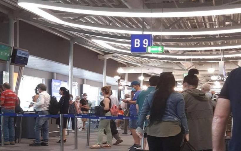 Το in.gr στο αεροδρόμιο «Ελευθέριος Βενιζέλος»: Συνωστισμός, ουρές και οι αποστάσεις ασφαλείας έχουν… πετάξει
