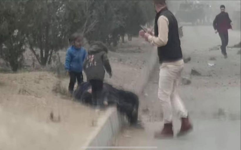 «Μαμά σήκω… » : Οι σπαρακτικές κραυγές δύο παιδιών που κάνουν τον γύρο του κόσμου