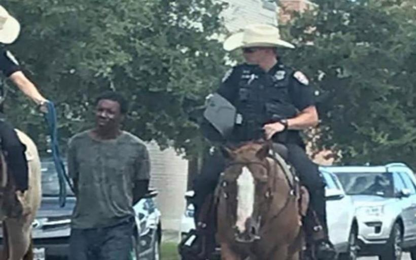 Εικόνες από το 1800 στο Τέξας! Έφιπποι αστυνομικοί έσερναν αλυσοδεμένο αφροαμερικανό!