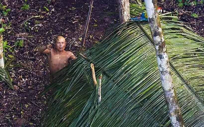 Φωτογράφος απαθανάτισε απομονωμένη φυλή στον Αμαζόνιο -Ζουν όπως οι πρόγονοί μας