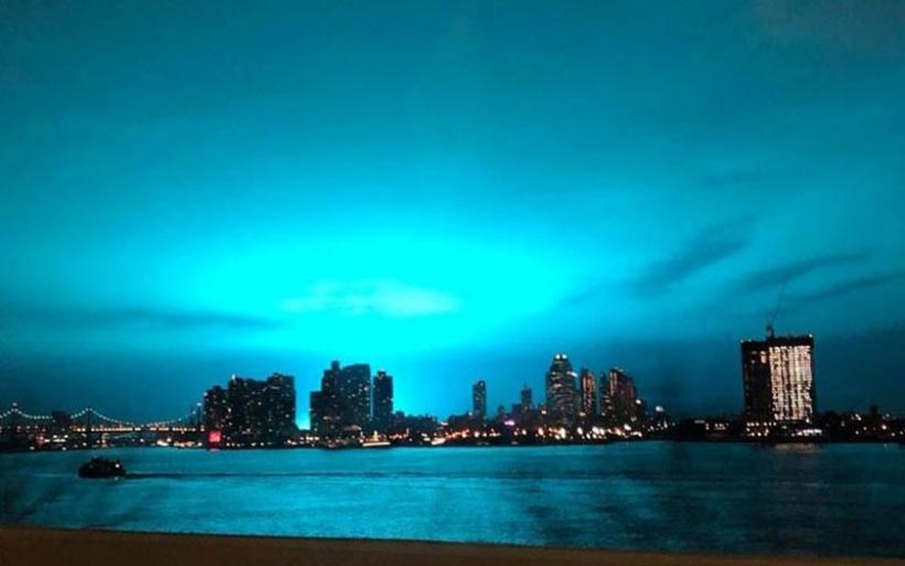 Απόκοσμο φως στον ουρανό της Νέας Υόρκης λόγω έκρηξης σε εργοστάσιο παραγωγής ηλεκτρικής ενέργειας