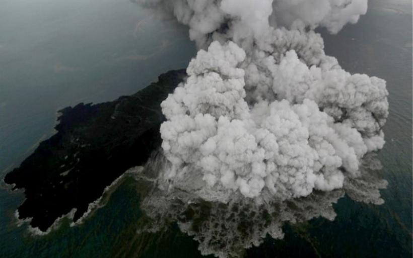 Ινδονησία: Το ηφαίστειο Ανάκ Κρακατόα έχασε τα 2/3 του ύψους του στην τελευταία ολέθρια έκρηξη!