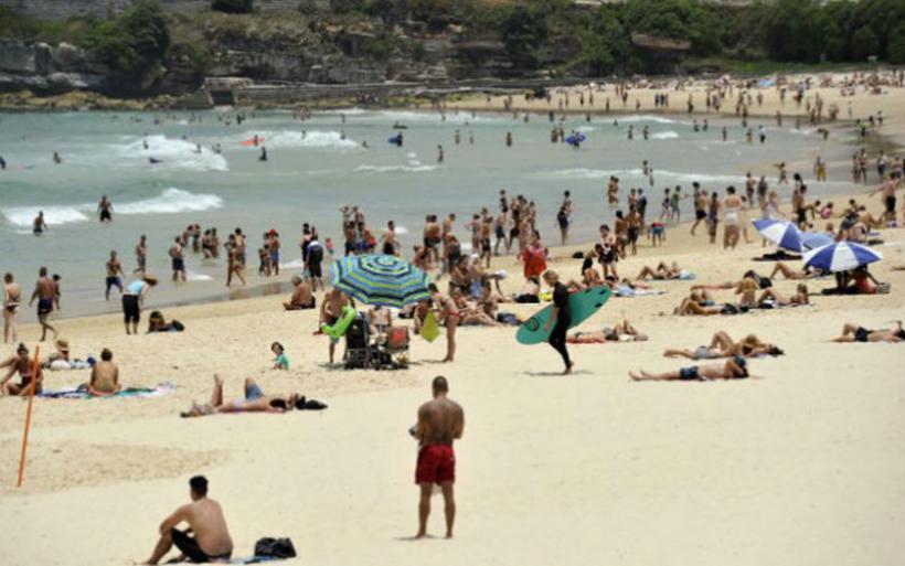 Στις παραλίες οι Αυστραλοί λόγω καύσωνα
