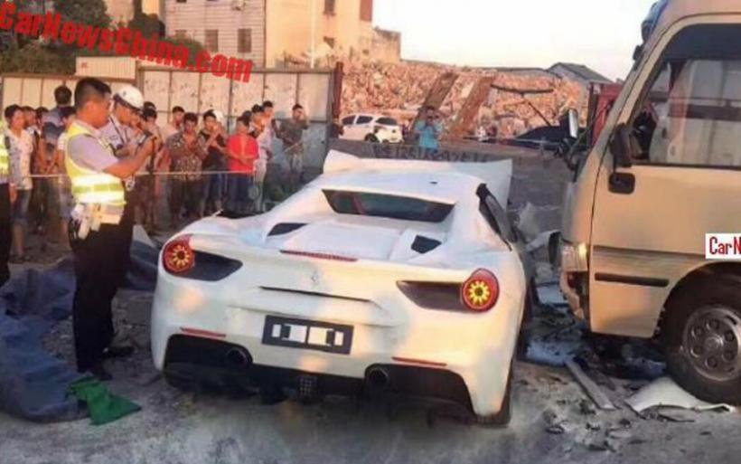 Οδηγός Ferrari αξίας 500.000 τα βάζει με τοίχο