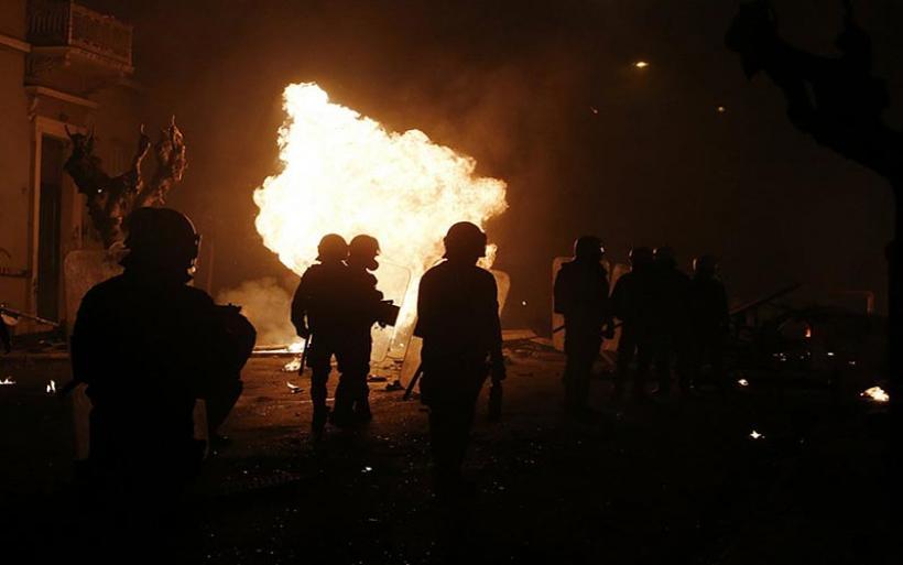 Σε απόγνωση οι αστυνομικοί για τις επιθέσεις από κουκουλοφόρους: Θέλουν να μας κάψουν ζωντανούς