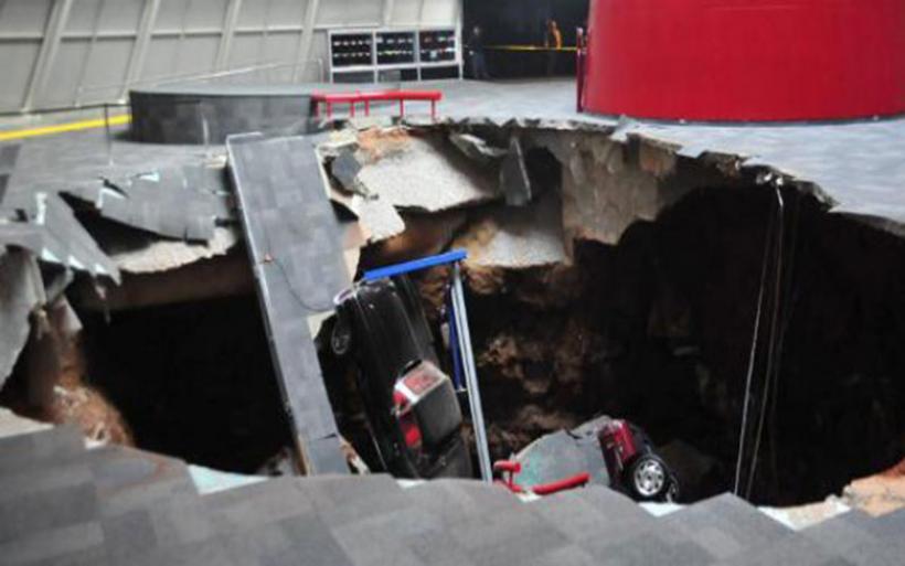 Τεράστια καταβόθρα κατάπιε δρόμο στο Βλαδιβοστόκ