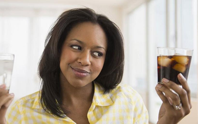 Τριπλάσιος κίνδυνος να πάθουν εγκεφαλικό όσοι πίνουν καθημερινά light αναψυκτικά