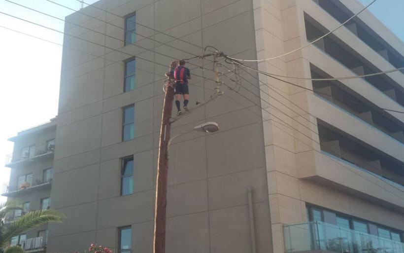 Απίστευτο περιστατικό στα Χανιά: Άντρας ανέβηκε σε στύλο της ΔΕΗ και έπαιζε μπάλα!